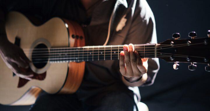 Henkilö soittaa kitaraa