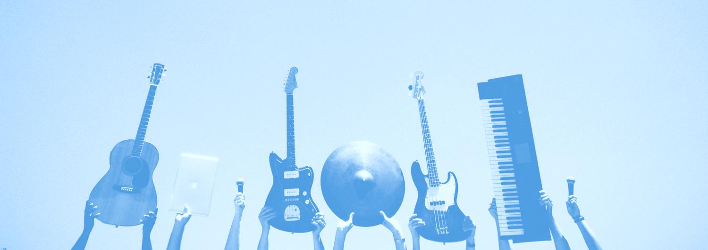 kitara, kaksi bassoa, kaksi mikrofonia, läppäri ja symbaali nostettuna käsillä ylös.